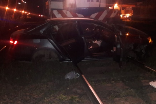 Impactante accidente entre un tren y un auto